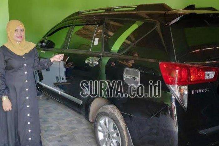 Siti Nurul Hidayati warga Sumurgeneng, Jenu, Tuban, Jawa Timur perlihatkan Toyota Kijang Innova yang baru dibelinya setelah terima Rp 18 miliar hasil jual tanah 2,7 hektare ke Pertamina