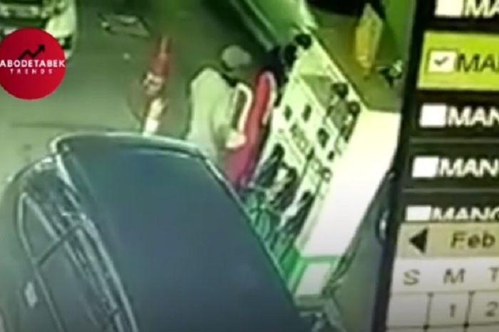 Dianggap curang seorang karyawati  SPBU dipukul oleh pelanggan