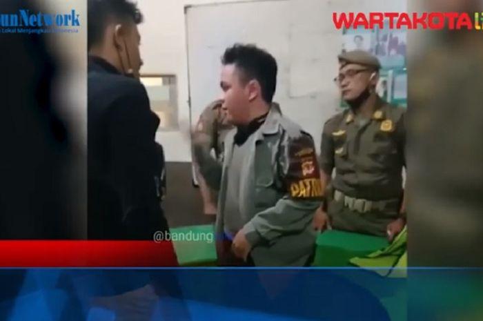 Polisi gadungan baru berusia 17 tahun nekat memeras dua anggota TNI yang tengah melintas di alun-alum Kota Bandung, Minggu (28/2/2021).