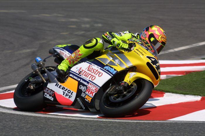 Valentino Rossi ketika bergabung di tim satelit Nastro Azzuro Honda dan kini bergabung di Petronas Yamaha SRT