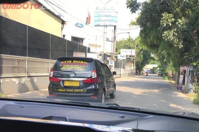 Ilustrasi menyalip kendaraan kursus belajar mobil