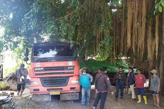 Truk trailer yang disesatkan masuk jalan sempit perkampungan Gisikdrono, Semarang Barat, Kota Semarang, Jawa Tengah