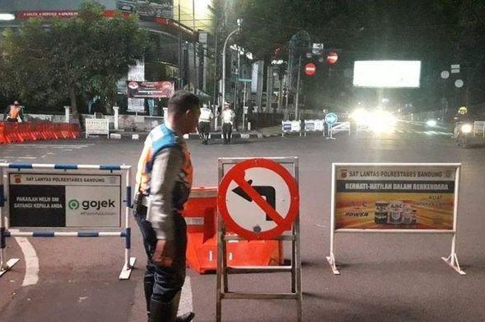 Ilustrasi penyekatan arus lalu lintas di Kota Bandung.