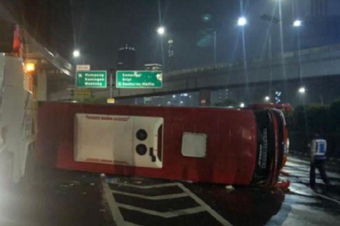 Kondisi bus yang terbalik di kilometer 5 Tol Kuningan arah Slipi, Jakarta