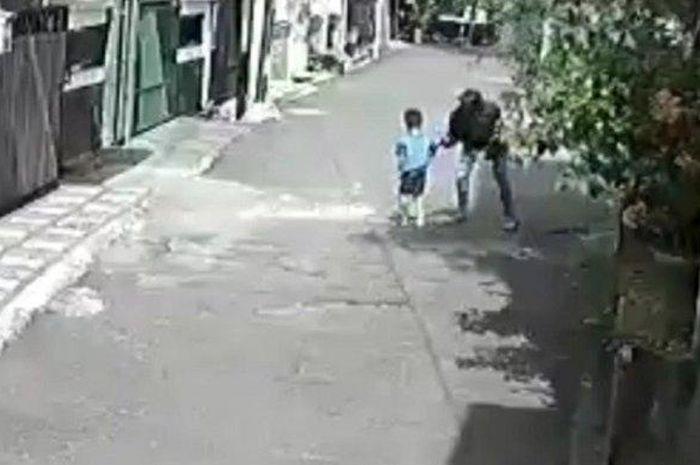 Tangkapan layar rekaman CCTV saat pelaku merampas handphone bocah laki-laki berusia sekitar 4 tahun di Duren Sawit, Jakarta Timur, Rabu (10/3/2021).