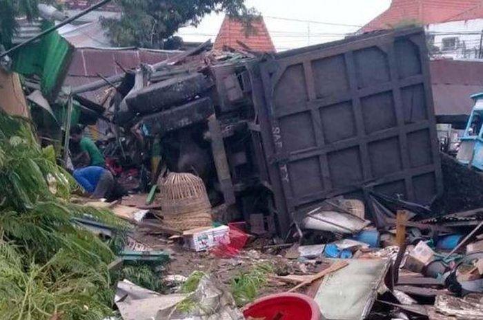 Kecelakaan truk rem blong tabrak warung dan rumah di wilayah Bungah, Kabupaten Gresik, Rabu 10 Maret 2021.