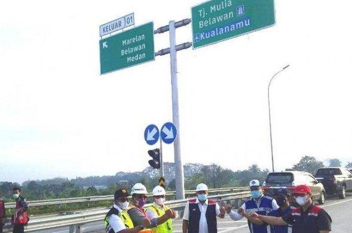 perwakilan pimpinan dari PT Hutama Karya, Jasa Marga dan lainnya saat meresmikan pengoperasian Tol Marelan-Tanjung Mulai pada Kamis (11/3/2021).