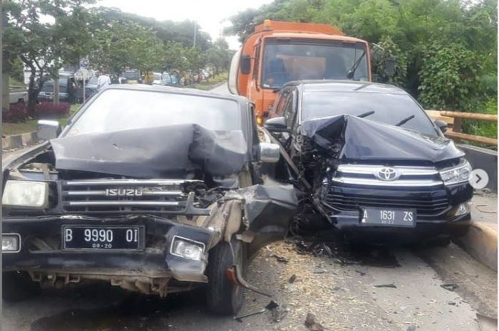 Toyota Kijang Innova, Isuzu Panther terburai diseruduk truk trailer di jembatan Medison, JLS KM 9, Citangkil, kota Cilegon, Banten, (16/3/21)