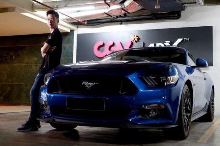 Kevin Sanjaya berpose dengan Ford Mustang GT 5.0 miliknya.