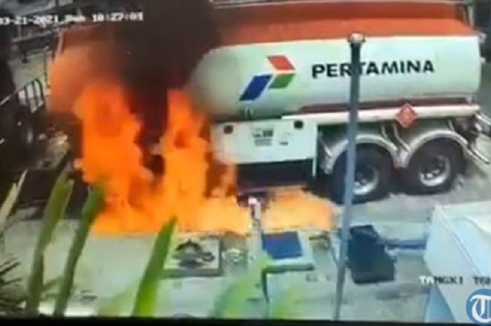 Truk tangki nyaris terbakar saat mau bongkar muatan BBM di SPBU. ( tangkapan layar Youtube Tribun Timur)