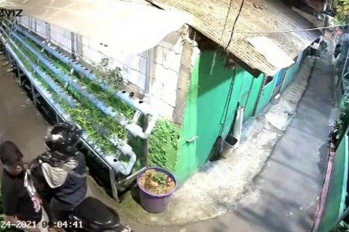Rekaman CCTV aksi pencurian sepeda motor di Pancoran, Jakarta Selatan.