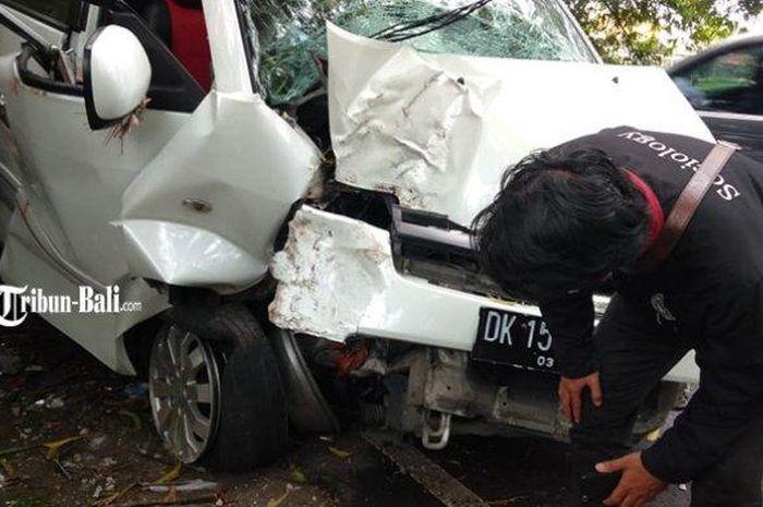 Suzuki APV terburai depan usai terjang pohon di Gianyar, Bali