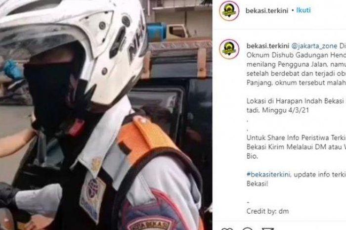 Pria berseragam Dinas Perhubungan (Dishub) Kota Bekasi diduga hendak menilang mobil pikap viral di media sosial, dipastikan personel gadungan.