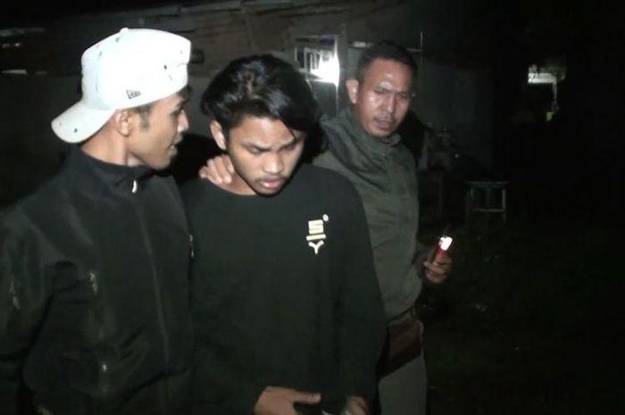 im Anti Bandit Polres Gowa, Sulawesi Selatan membekuk dua pria pelaku pencurian onderdil sepeda motor yang merupakan barang bukti kecelakaan lalu lintas di Gudang Satlantas Polres Gowa. Selasa, (13/4/2021).(KOMPAS.COM/ABDUL HAQ YAHYA MAULANA T.)