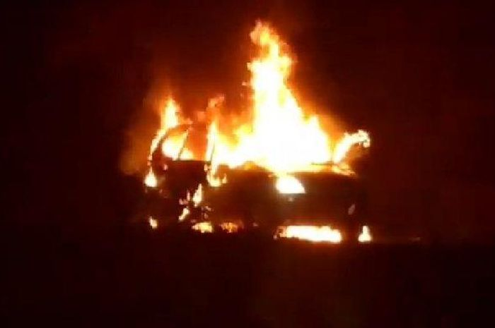 Toyota Avanza terbakar hebat di Ringroad Manado, Sulawesi Utara