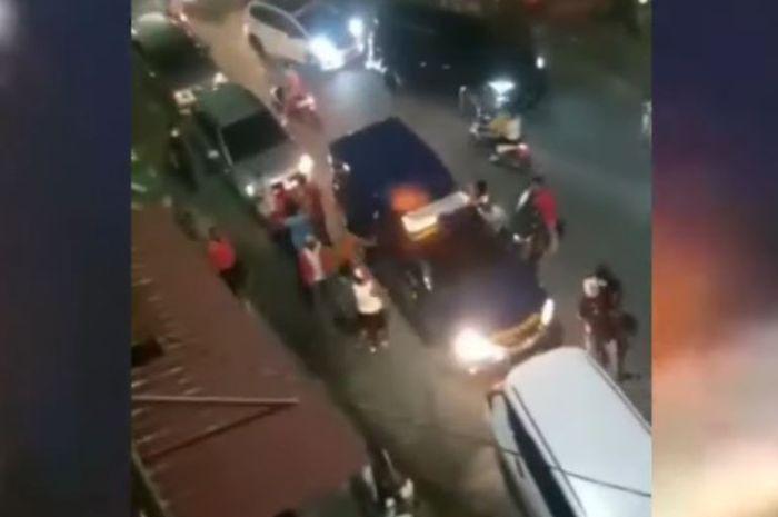 Rekaman video Toyota Hilux Tim Bea Cukai DJBC Riau diserang puluhan orang saat menyergap Mitsubishi Xpander berisi rokok ilegal di kota Pekanbaru, Riau