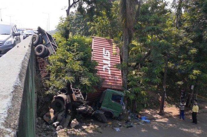 ruk kontainer terjun bebas di Jalan Tol Jakarta Serpong, hingga terperosok sampai ke Jalan Batam, Rawa Mekar Jaya, Serpong, Tangerang Selatan (Tangsel), Selasa (27/4/2021).