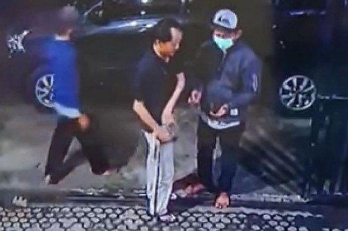 Aksi komplotan maling saat satroni rumah milik Edy Marwan (65) yang disatroni dua maling hingga dua mobil mewahnya raib di Jalan Koala Mas Raya, Panggung Lor, Semarang Utara, Kota Semarang, Rabu (28/4/2021).