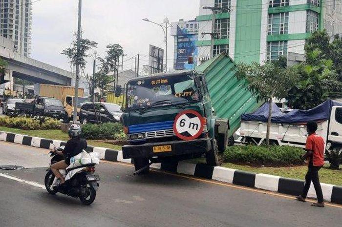 Truk kontainer kecelakaan di Jalan Jendral Ahmad Yani, Rawapanjang, Kota Bekasi, Rabu (27/4/2021).