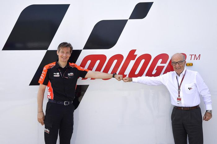 Massimo Rivola selaku CEO Aprilia Racing bersama CEO Dorna Sports, Carmelo Ezpeleta sepakat menjadi tim pabrikan hingga MotoGP 2026
