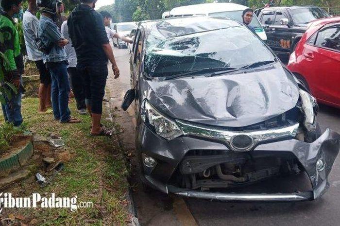 Toyota Calya ringsek parah usai terbalik di Jl Prof Hamka, Tabing, kota Padang, Sumatera Barat