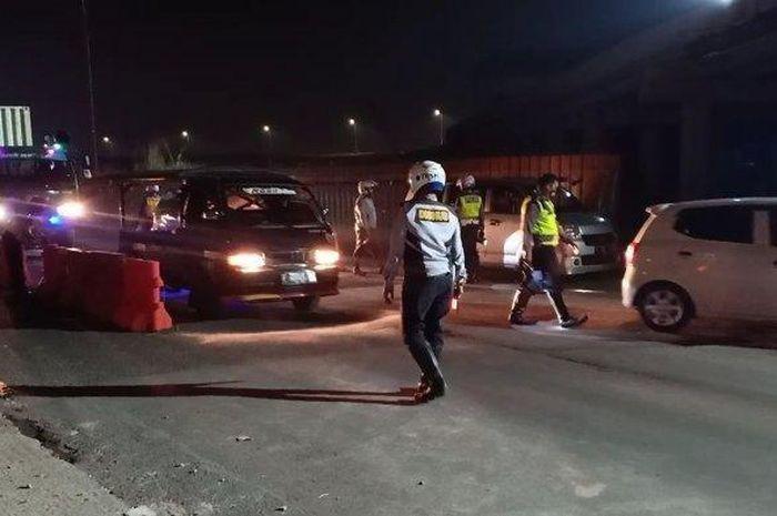 Penyekatan yang dilakukan petugas di GT Cileunyi, Kabupaten Bandung, Kamis (6/5/2021) malam.