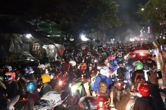 Ribuan pemudik bersepeda motor menjebol pos penyekatan larangan mudik di Karawang