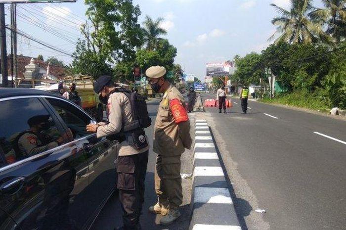 Ilustrasi penyekatan arus lalu lintas di perbatasan Jawa Tengah saat larangan mudik Lebaran 2021 diterapkan.