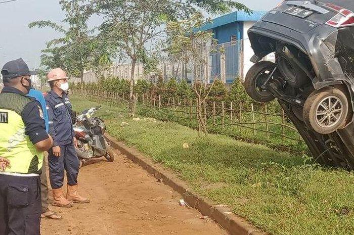 Toyota Calya nungging di selokan kawasan Modern Cikande Industrial Estate, Serang, Banten.