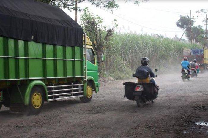 Kondisi jalan penghubung Kediri-Tulungagung-Blitar yang dijuluki jeglongan sewu oleh warga