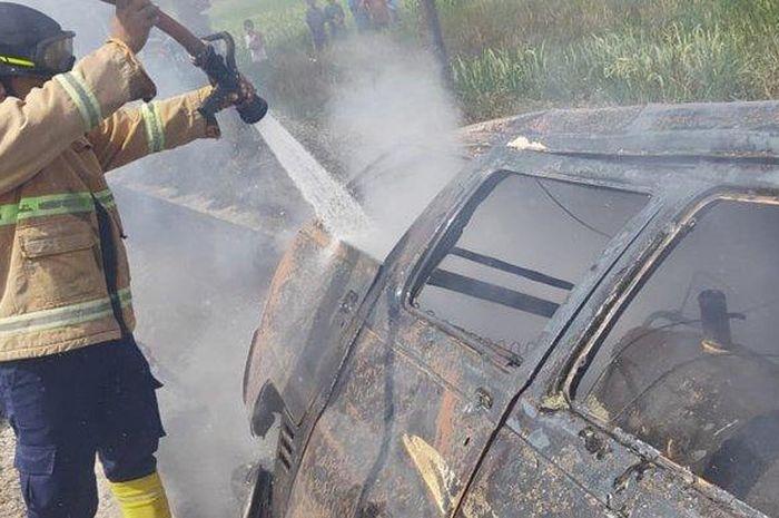 Suzuki Carry hangus terbakar sisa rangka