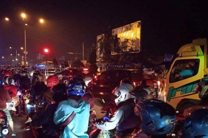 Suasana pemudik roda dua di Karawang, Rabu (12/5/2021) dini hari.