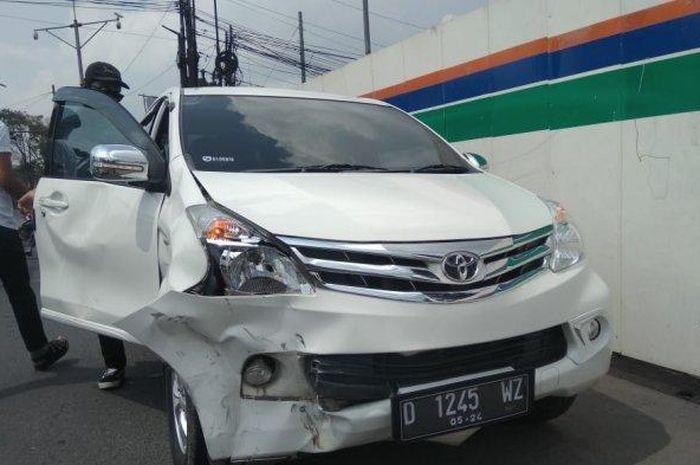 Kondisi Toyota Avanza setelah mengalami kecelakaan lalu lintas di dekat pos penyekatan larangan mudik gerbang tol Padalarang, Kamis (13/5/2021).
