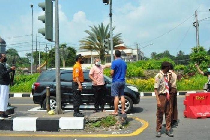 Ilustrasi pengendara mobil yang tidak terima diputar balik oleh polisi