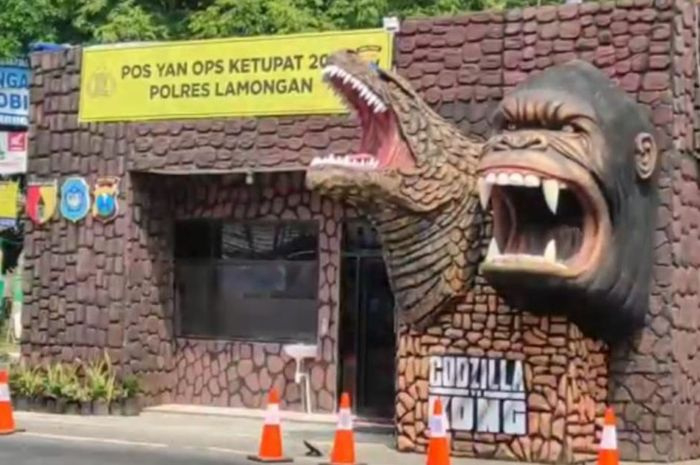 Pos Pelayanan Operasi Ketupat di Lamongan mengusung tema Godzilla vs Kong