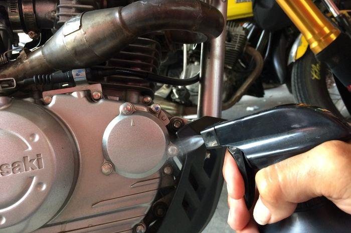 Ilustrasi pemakaian cairan engine degreaser di mesin motor