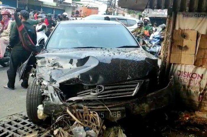 Toyota Camry sambar beberapa motor dan Kijang hingga melukai 8 orang dan berujung seruduk warung di jalan raya Bojong, Jati Makmur, Pondok Gede, kota Bekasi, Jawa Barat, (16/5/21).