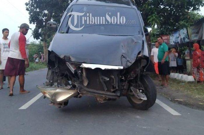 Kondisi Toyota Avanza nomor polisi AD 9261 SP setelah menabrak toko kelontong.