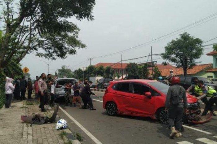 Tabrakan beruntun Honda Jazz, Mitsubishi Xpander dan Toyota Calya di depan Kodim 0602 kota Serang, Banten, (20/5/21)