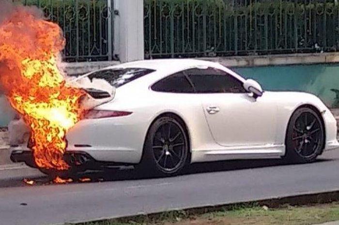 Porsche 911 terbakar di bagian belakang