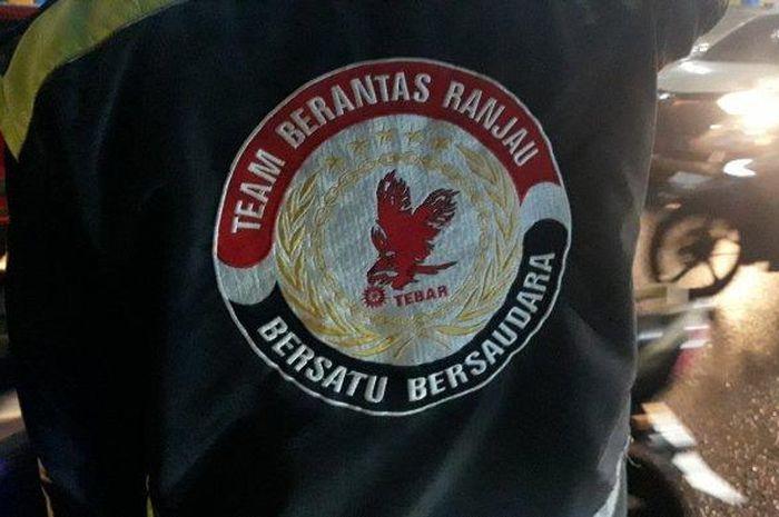 Komunitas Ojol Tebar (Team Berantas Ranjau) tengah mencari ranjau paku yang bertebaran di Jalan Gatot Subroto pada Jumat (21/5/2021). (TRIBUNJAKARTA.COM/SATRIO SARWO TRENGGINAS)
