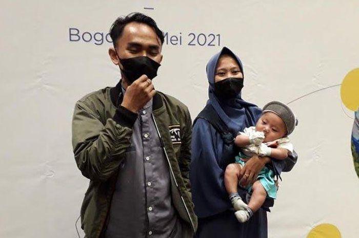 Driver ojek online Jeje Fauzy (23) dan istrinya Siti Aisyah (22) bersyukur anak mendapat operasi bibir sumbing secara gratis.