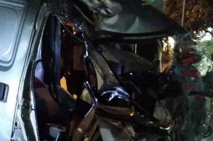 Gran Max ambulans terlibat kecelakaan maut dengan sebuah truk