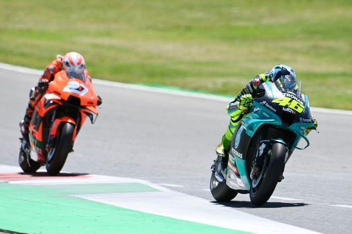 Iker Lecuona (kiri) dan Valentino Rossi (kanan) bertarung sengit di MotoGP Italia 2021.