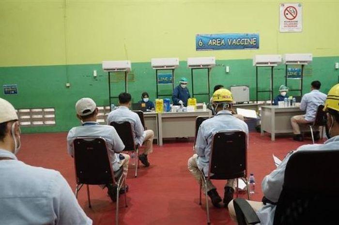 Penerapan Protokol Kesehatan antrian vaksin Gotong Royong karyawan ADM