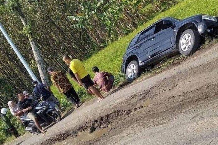 Suzuki Escudo 1.6 terperosok ke sawah di Sambirejo, Sragen, Jawa Tengah