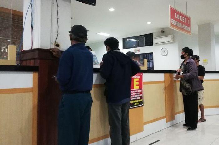 sejumlah warga melakukan pengurusan pajak kendaraan bermotor di kantor Samsat.(ari purnomo)