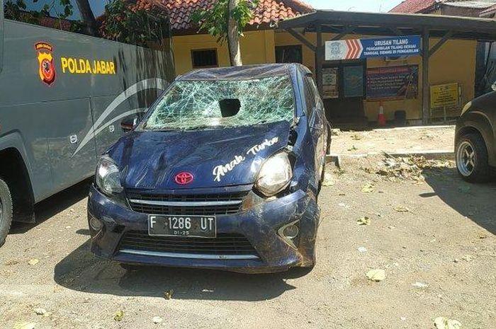 Toyota Agya yang dirusak massa karena terprovokasi teriakan maling oleh seorang pria di Sukabumi, Jawa Barat