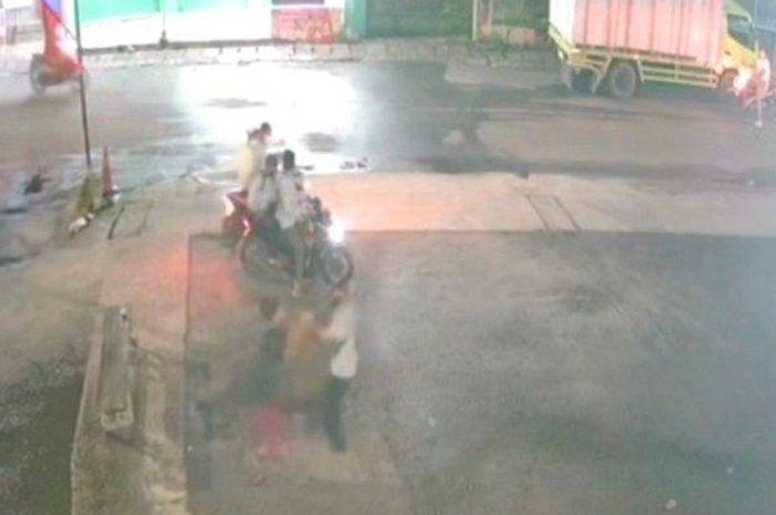 rekaman CCTV saat Faisal jadi korban pencurian disertai kekerasan