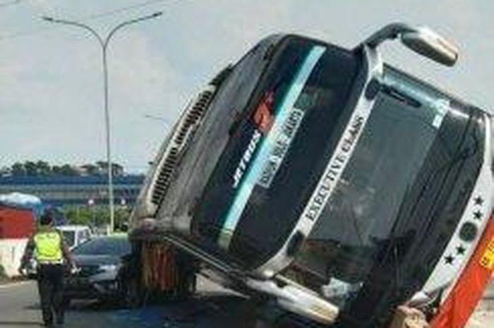 Bus Rosalia Indah tabrak beton lalu terguling menindih Honda Jazz di exit tol Krapyak, Semarang